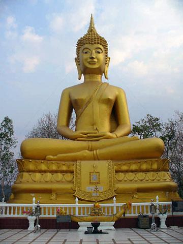 Grosser goldener BUDDHA auf dem Hügel bei BURIRAM